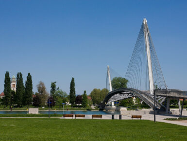 Construction d'un pont pour piétons et cyclistes sur le Rhin entre Kehl et Strasbourg